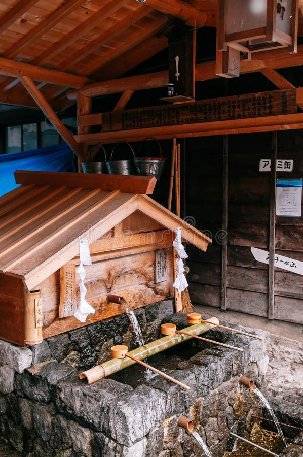 Het paviljoen van het Temizuyawijwater bij heiligdom in poststad narai-Juku, royalty-vrije stock afbeeldingen