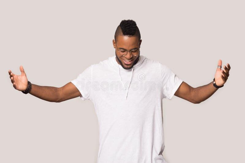Het peinzende zwarte mannetje denkt aan verkoopaanbieding die in studio wordt ge?soleerd stock foto