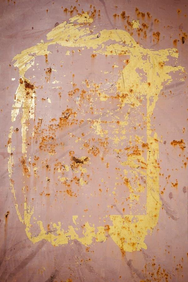 Het pellen van bruine verf op een roestige metaaltextuur stock afbeelding