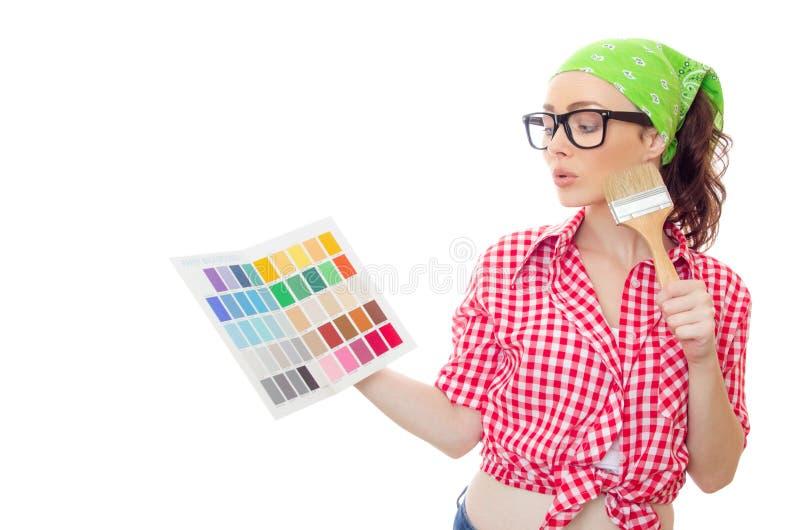 Het penseel en de kleurensteekproeven van de vrouwenholding voor selectie royalty-vrije stock afbeelding