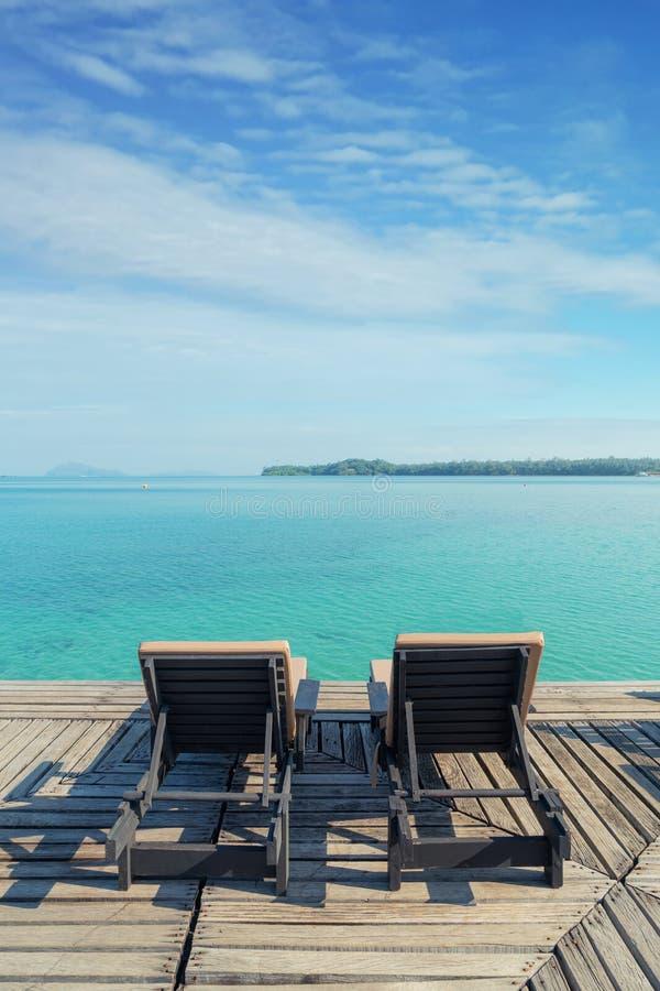 Het perfecte strand van het de zomer tropische paradijs met zitkamerstoelen bij toevlucht in Phuket, Thailand De vakantie van de  stock fotografie