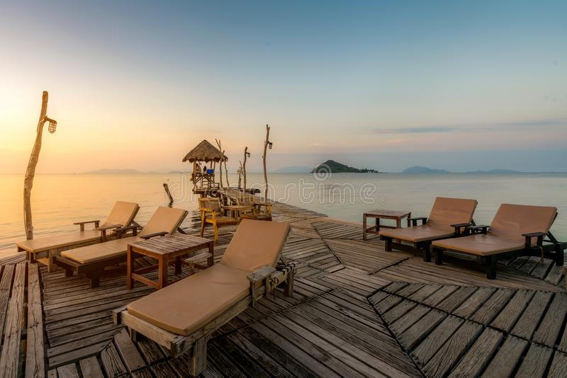 Het perfecte strand van het de zomer tropische paradijs met zitkamerstoelen bij toevlucht in Phuket, Thailand De vakantie van de  royalty-vrije stock foto