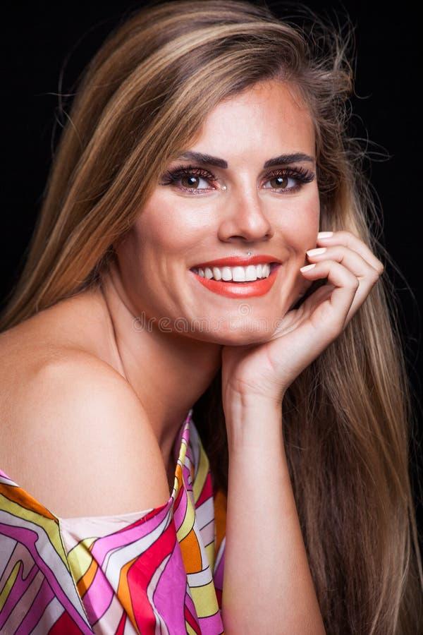 Het perfecte witte portret van de het blondevrouw van de glimlachschoonheid jonge stock afbeeldingen