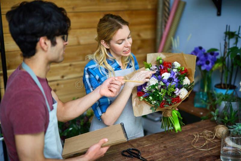 Het personeel van de bloemwinkel stock fotografie