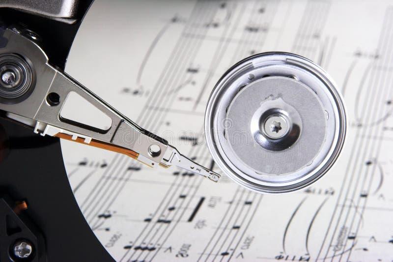 Het personeel van de muziek dat harde schijf wordt overdacht royalty-vrije stock fotografie