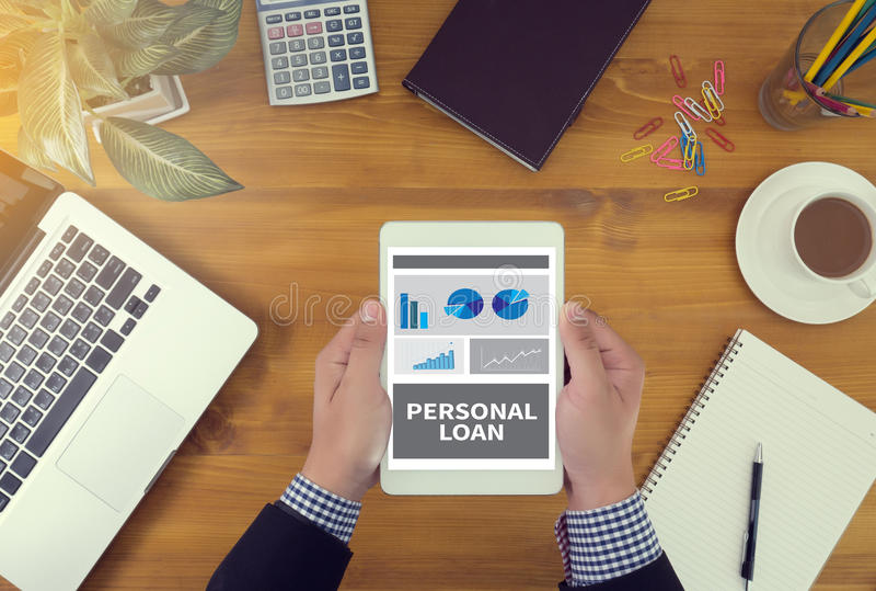 Het PERSOONLIJKE LENINGSgeld met bankbedienden keurt contract goed royalty-vrije stock afbeeldingen