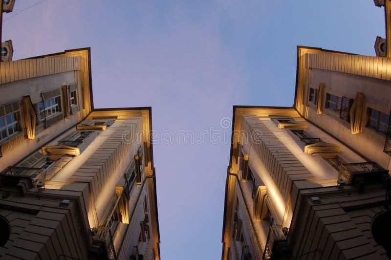 Het perspectief van gebouwen bij schemer royalty-vrije stock afbeelding