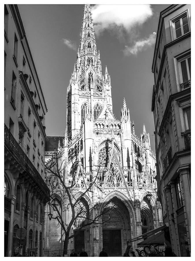 Het perspectiefgebouwen en kerk van de stadsstraat stock afbeeldingen
