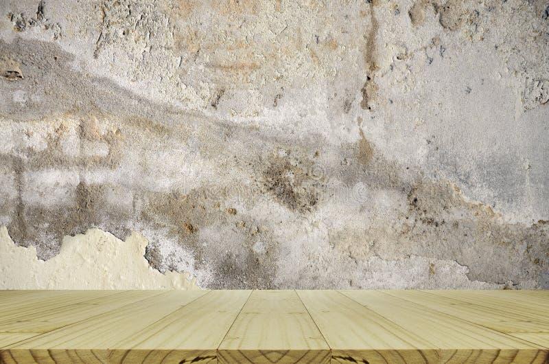 Het perspectiefhout met oud en verslechtert concrete muur royalty-vrije stock foto's
