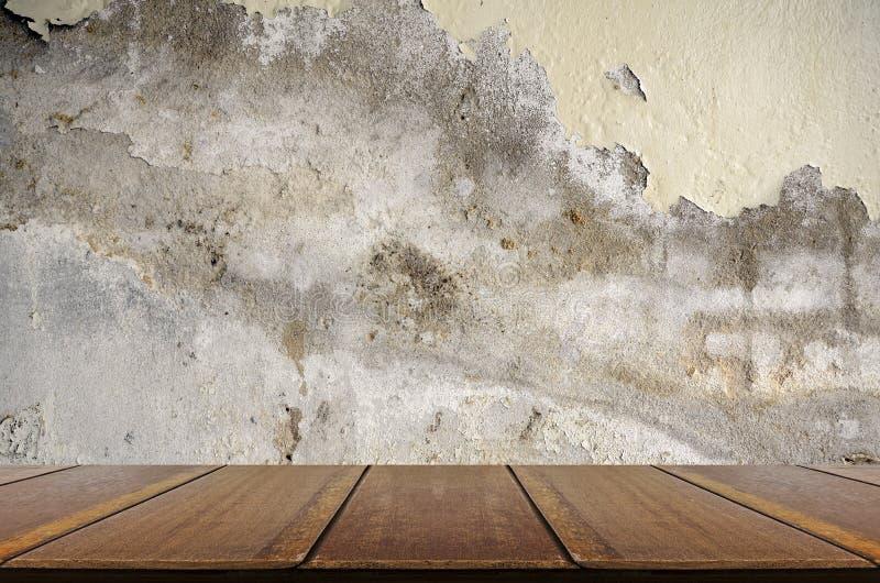 Het perspectiefhout met oud en verslechtert concrete muur stock afbeelding