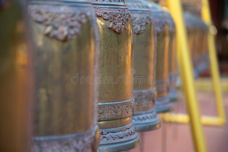 Het perspectiefmening van bronsklokken in een tempel in Bangkok stock fotografie