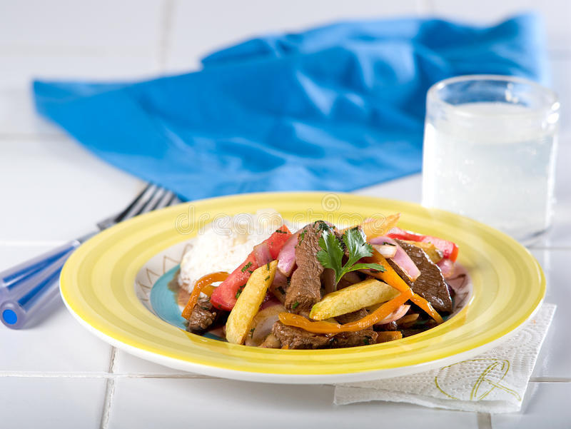 Het Peruviaanse rundvlees beweegt gebraden gerecht, Lomo Saltado stock afbeelding
