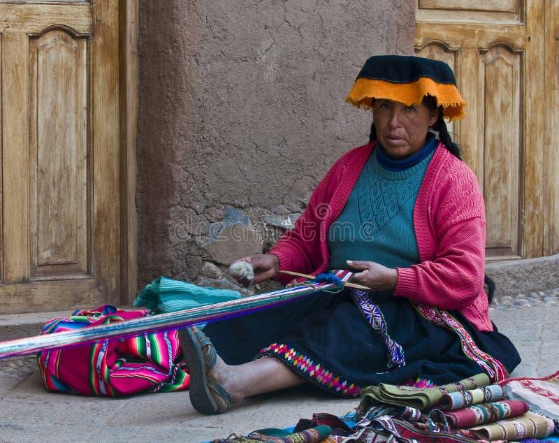 Het Peruviaanse vrouw weven stock foto's