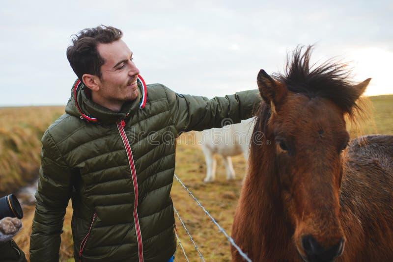 Het petting paard van de mens royalty-vrije stock afbeelding