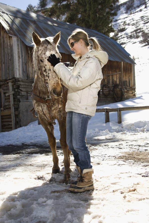 Het petting paard van de vrouw. royalty-vrije stock fotografie