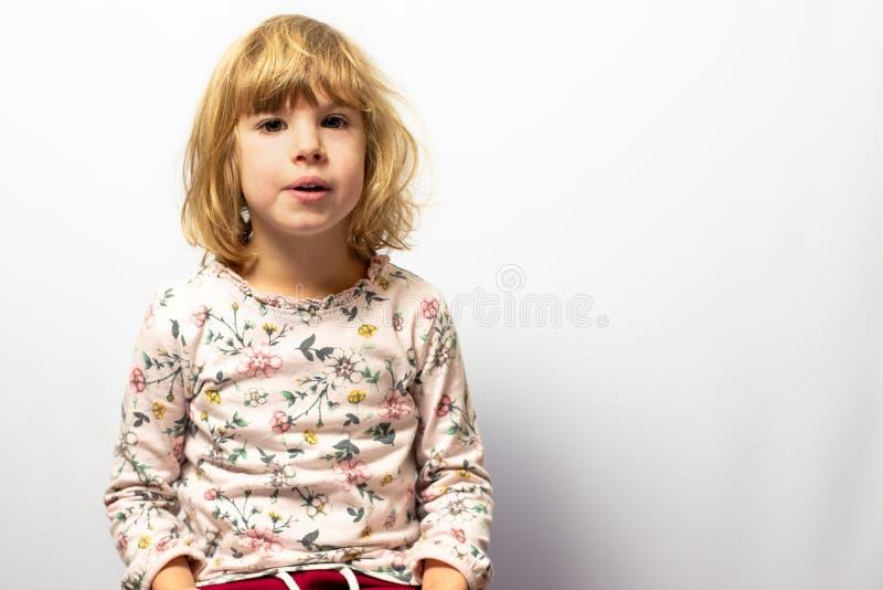 Het peuterportret van de meisjesstudio op schone achtergrond stock afbeelding