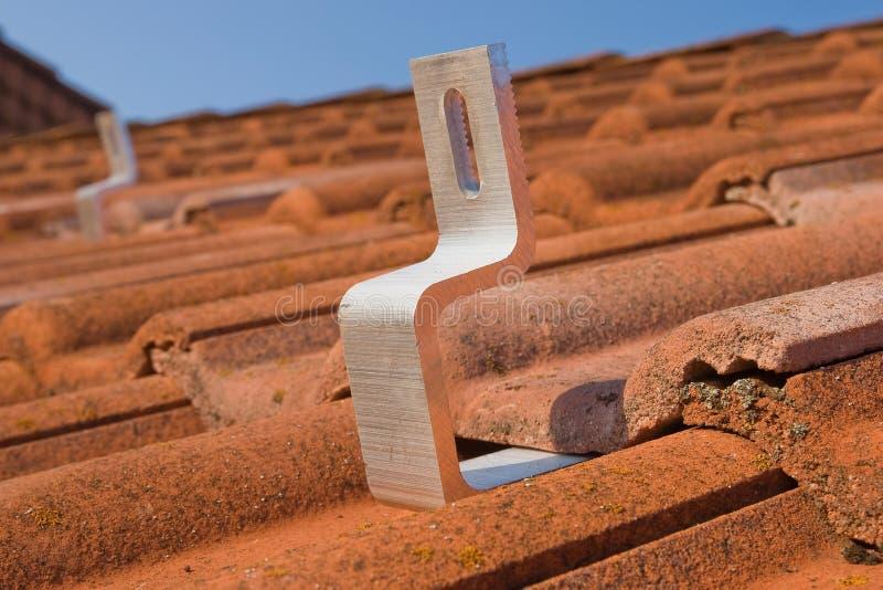 Het Photovoltaic module bevestigen stock afbeelding