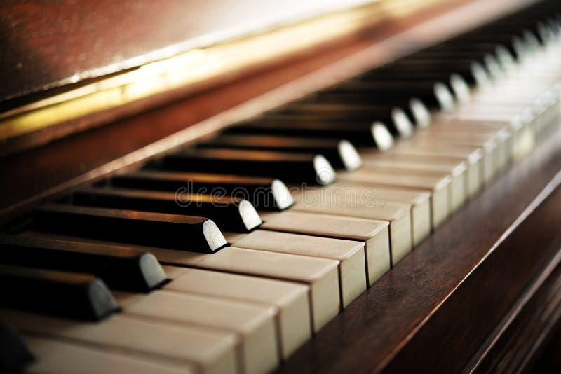 Het pianotoetsenbord van een oud muziekinstrument, sluit omhoog met onscherp stock fotografie