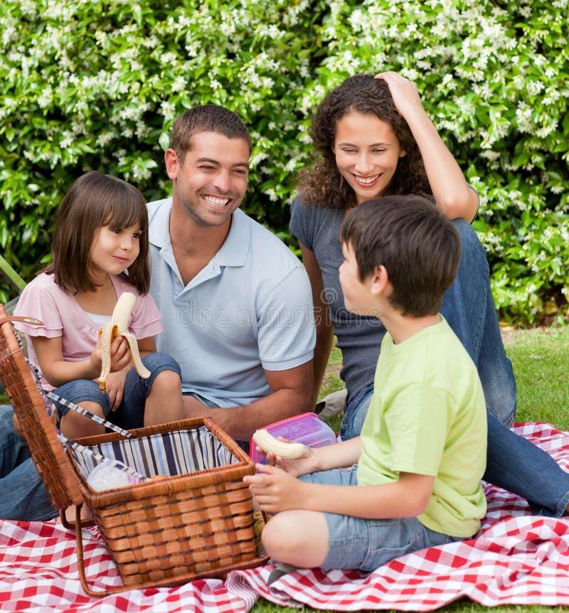 Het picnicking van de familie in de tuin royalty-vrije stock fotografie