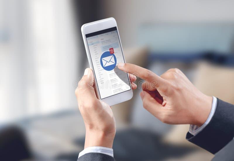 Het pictogram van de de aanrakingse-mail envelop van de zakenmanhand op het mobiele scherm royalty-vrije stock foto's