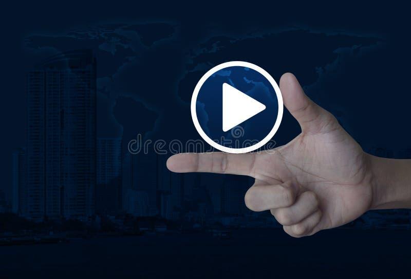 Het pictogram van de spelknoop op vinger over wereldkaart, moderne stadstoren en wolkenkrabber, Bedrijfsmuziek online concept, El stock fotografie