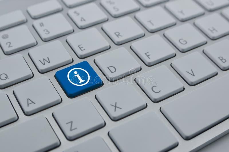 Het pictogram van het informatieteken op moderne toetsenbordknoop stock afbeelding