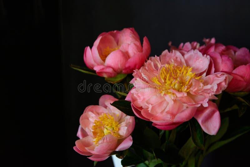 Het pioenenboeket van bloemen op een been binnen het restaurant voor een viering winkelt floristry of huwelijkssalon royalty-vrije stock foto's