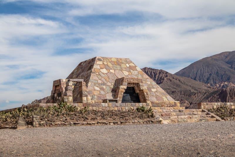 Het piramidemonument aan de archeologen bij Pucara DE Tilcara oude pre-inca ruïneert - Tilcara, Jujuy, Argentinië royalty-vrije stock foto's