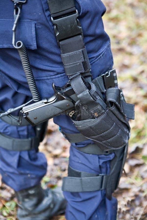 Het pistool is bij de militair stock foto