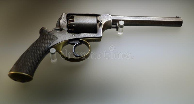 Het pistool van de handrevolver met het vuren van percussieglb stock foto
