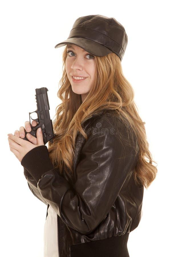 Het pistool van het vrouwenleer kijkt glimlach stock afbeelding