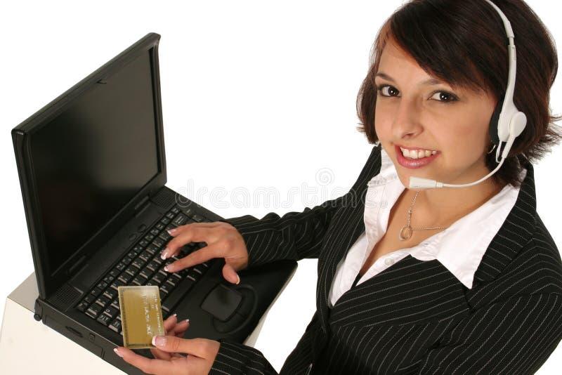 Het plaatsen van een orde op haar computer royalty-vrije stock fotografie