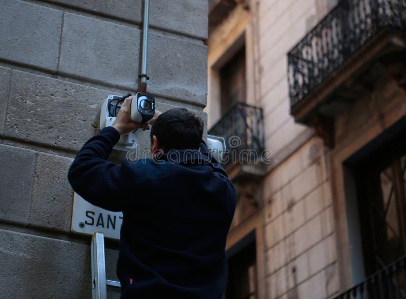 Het plaatsen van veiligheidscamera's op een hoofdweg in Barcelona stock foto