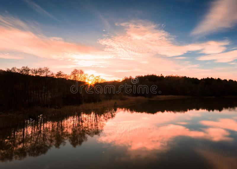 Het plaatsen van zon die tot silhouet, Gothenburg Zweden leiden royalty-vrije stock afbeelding