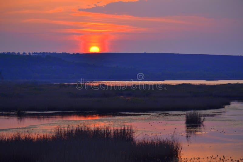 Het plaatsende landschap van het zonmeer royalty-vrije stock foto's