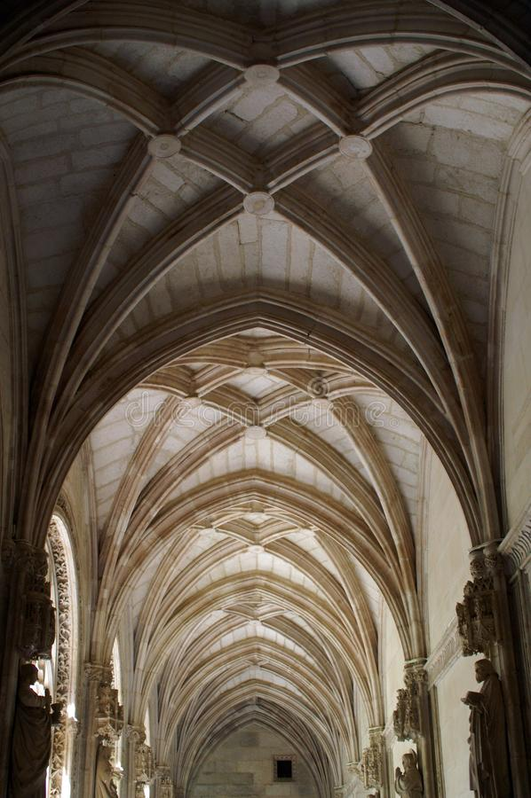 Het plafond, bogen - een fragment van het binnenland van de Katholieke Kathedraal royalty-vrije stock fotografie