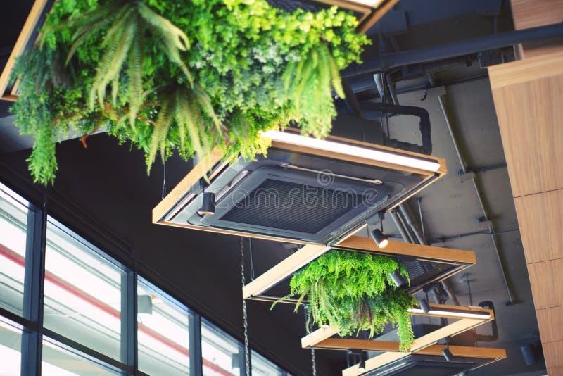 Het plafond zette cassettetype airconditioner voor grote ruimten op, tentoonstellingsruimte, Moderne koffie stock afbeeldingen