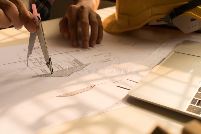 Het plan van de architectuurtekening op blauwdruk met architectenhulpmiddelen royalty-vrije stock fotografie