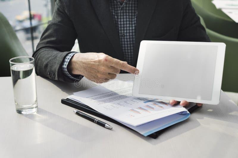 Het Planconcept van makelaarsexplaining insurance business royalty-vrije stock fotografie