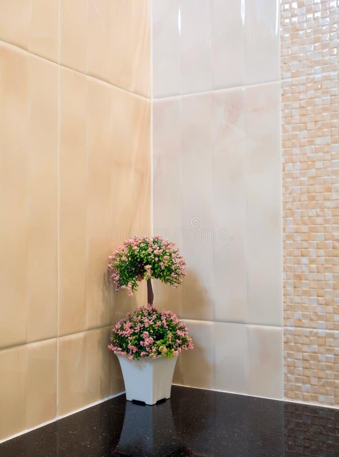 Het plastic boeket in een vaas verfraait de muurhoek in de douche royalty-vrije stock afbeeldingen