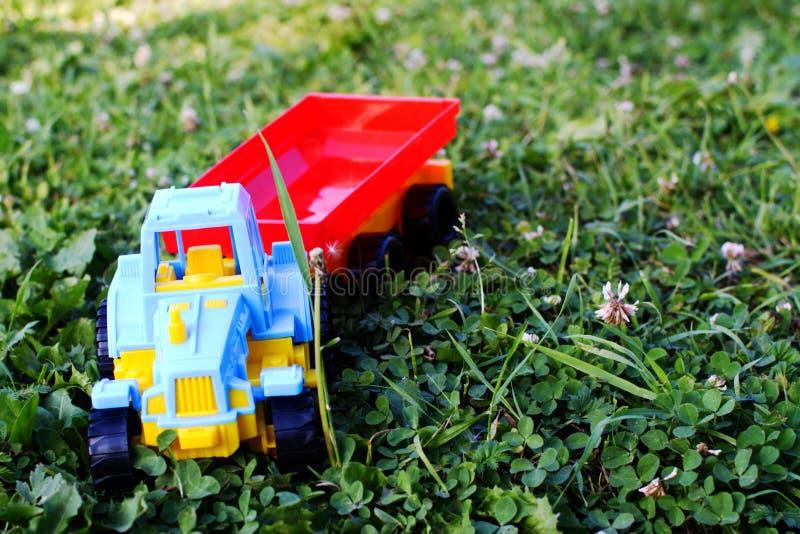 Het plastic stuk speelgoed van kinderen de tractor royalty-vrije stock afbeelding