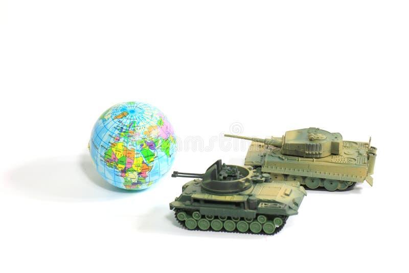 Het plastiek van de speelgoedtank als Wereldoorlog op witte achtergrond, Oorlog, bestrijdt a royalty-vrije stock afbeelding
