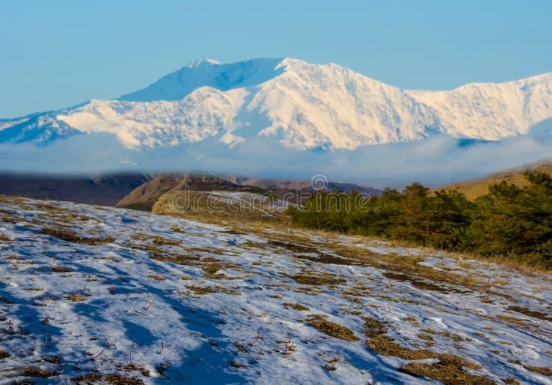 Het plateaulandschap van de de winter ingesneeuwd berg royalty-vrije stock afbeelding