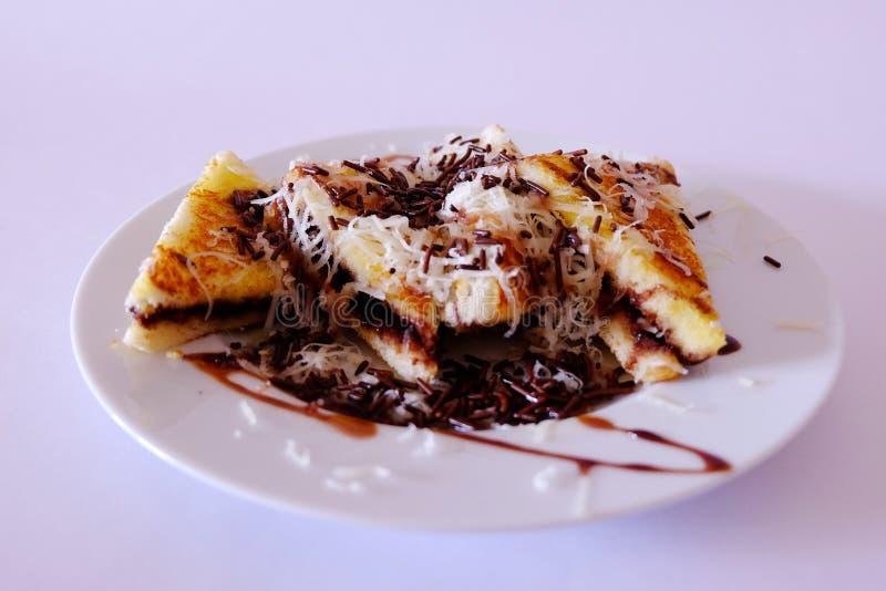 Het plateren van toost met kaas en chocoladebovenkanten stock fotografie