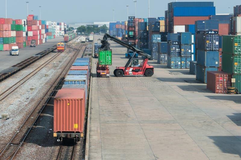 Het platform van de ladingstrein met goederentreincontainer bij depot in po stock foto's