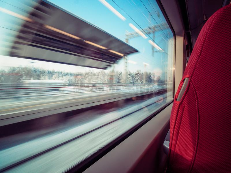 Het platform van de motiespoorweg door de auto van de vensterspoorweg royalty-vrije stock fotografie