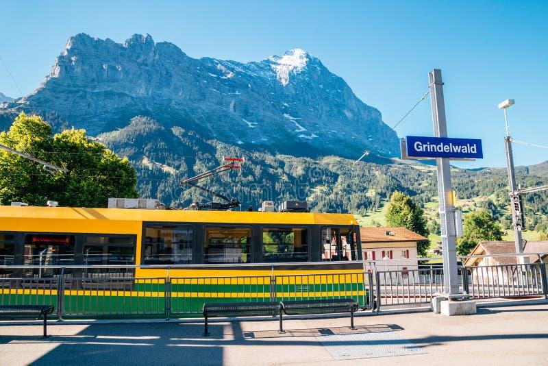 Het platform van het Grindelwaldstation met sneeuwberg in Zwitserland royalty-vrije stock foto