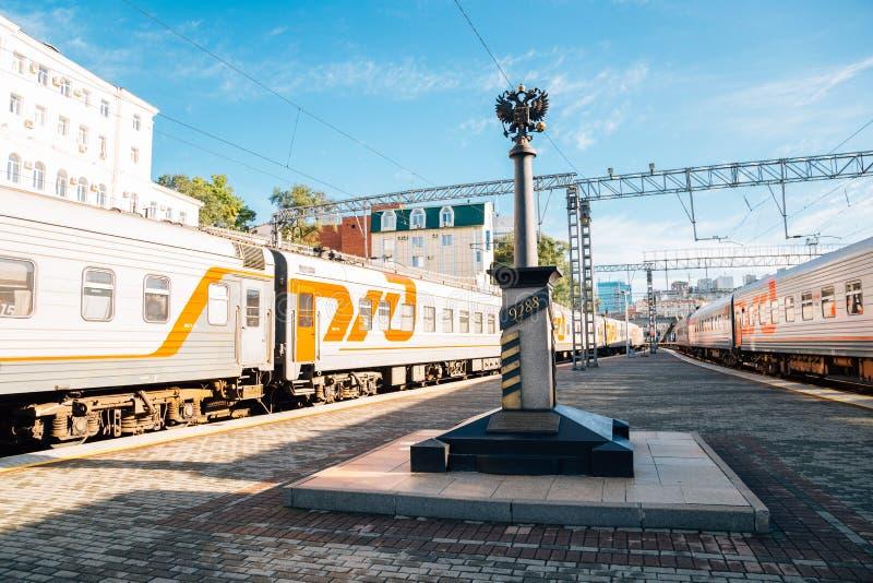 Het platform van het Vladivostokstation in Vladivostok, Rusland stock foto's