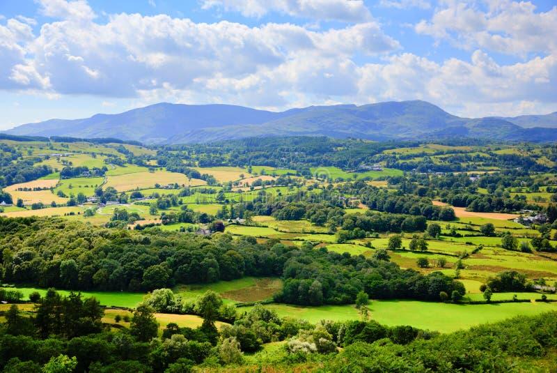 Het platteland van het meerdistrict en bergenmening dichtbij Hawkshead-dorp Engeland het UK stock afbeelding
