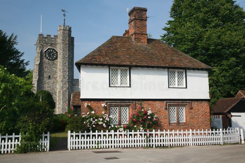 Het plattelandshuisje en de kerk van het dorp stock afbeelding